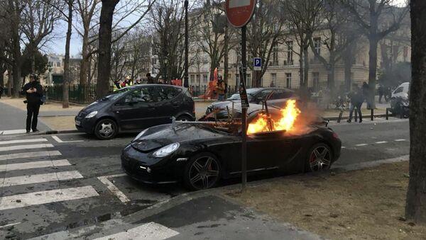 Voiture brûlée en marge d'une manifestation des Gilets jaunes - Sputnik France