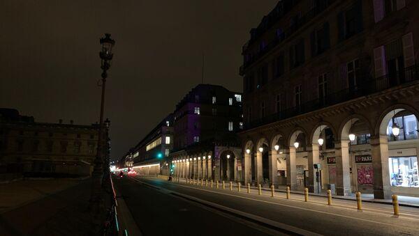 Les rues parisiennes vides immédiatement après l'introduction du couvre-feu dans la ville - Sputnik France