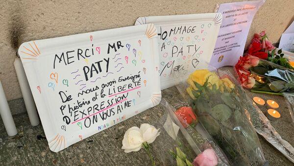 Des fleurs devant le collège du Bois d'Aulne à Conflans-Sainte-Honorine en hommage à Samuel Paty, décapité le 16 octobre. Photo d'illustration  - Sputnik France
