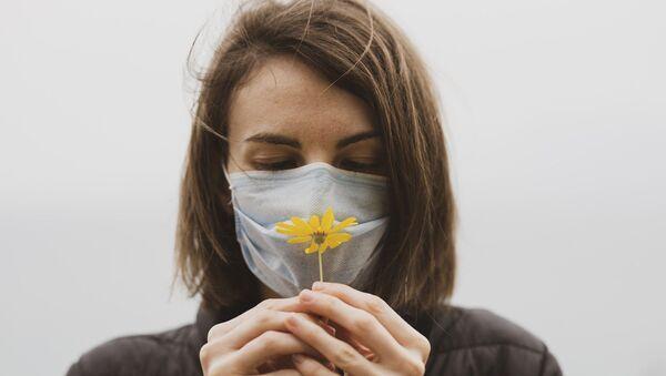 Une femme en masque - Sputnik France