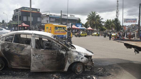 Voiture incendiée lors de manifestations opposées au troisième mandat du président sortant Alassane Ouattara à Abidjan le 19 octobre 2020 - Sputnik France