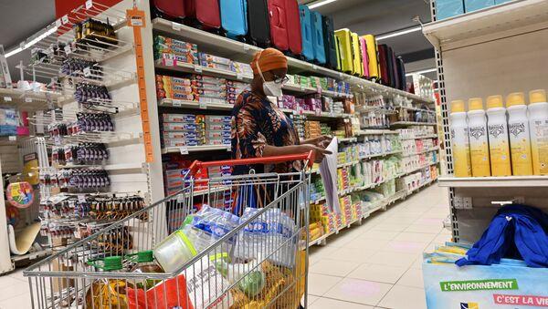 Une femme faisant ses courses au supermarché - Sputnik France