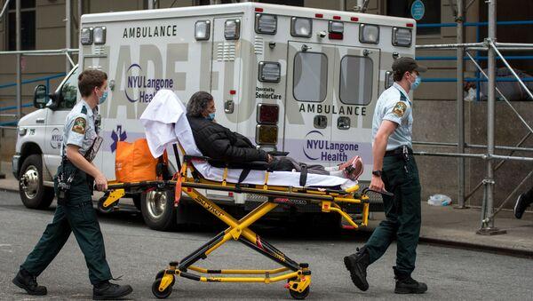 Des médecins transportent une femme atteinte du Covid-19 vers un hôpital à New York - Sputnik France
