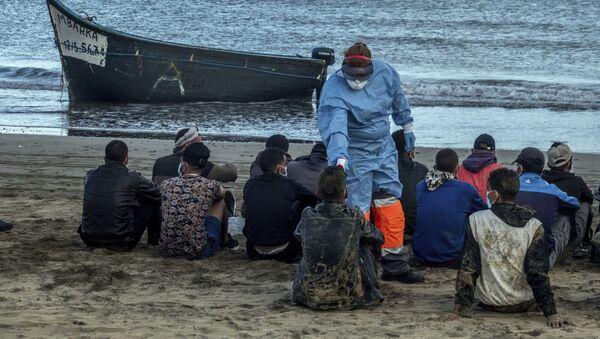 Мигрантам из Марокко проверяют температуру после прибытия на побережье Канарских островов - Sputnik France