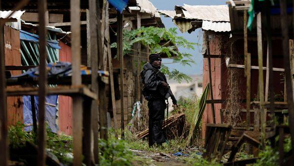 Un membre du Bataillon d'intervention rapide (BIR) patrouille dans les rues de Buea, dans le Sud-Ouest anglophone du Cameroun - Sputnik France