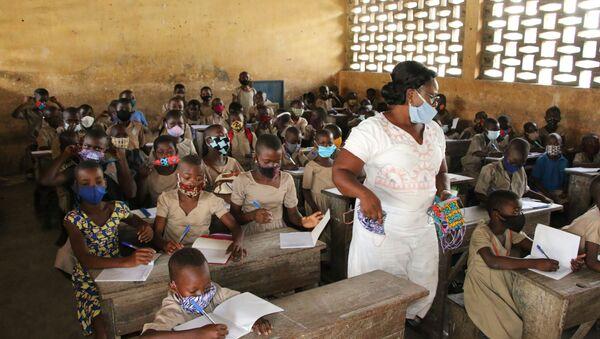 Mme Folly Afoua, institutrice à l'école La Nouvelle marche, au milieu de ses élèves - Sputnik France
