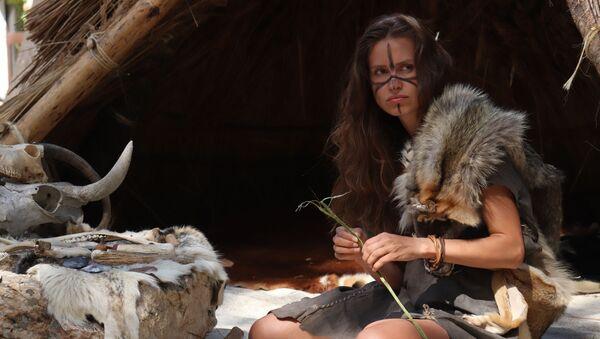 Femme préhistorique (image d'illustration) - Sputnik France