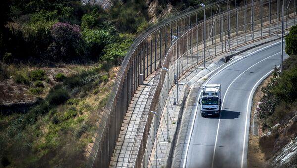Un camion roule le long de la frontière bordant l'enclave de Ceuta - Sputnik France