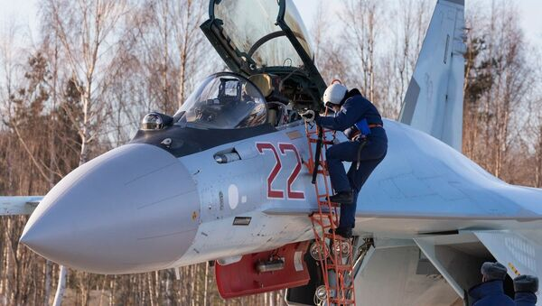 Manœuvres des nouveaux avions Su-35S en Carélie   - Sputnik France