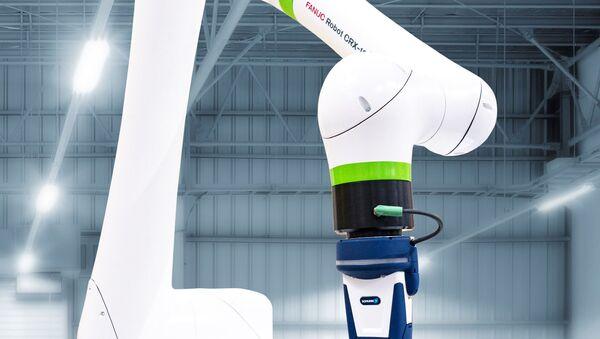 Le CRX, robot qui représente un bras artificiel, élaboré par FANUC - Sputnik France