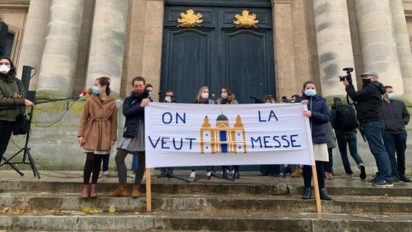 Des centaines de catholiques se sont réunis ce dimanche à Versailles pour demander le retour de la messe - Sputnik France