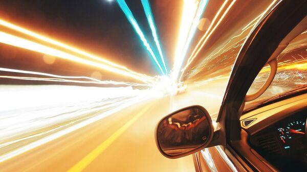 Une voiture roule à pleine vitesse - Sputnik France