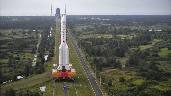 Ракету Long March-5 доставляют на космодром Вэньчан - Sputnik France