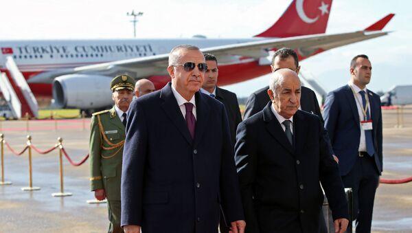 Le Président turc Recep Tayyip Erdogan est accueilli à sa descente de l'avion par le Président algérien Abdelmadjid Tebboune lors de sa visite à Alger, le 26 janvier 2020. - Sputnik France