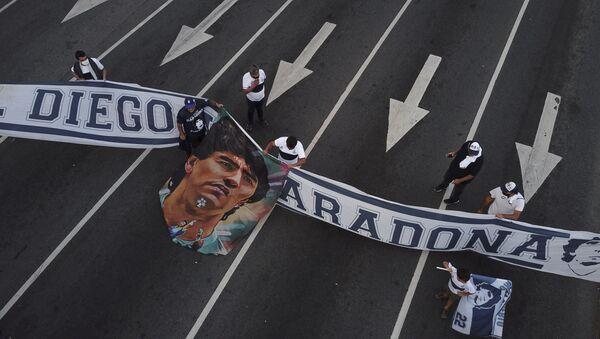 Des fans de la star défunte brandissent une banderole - Sputnik France