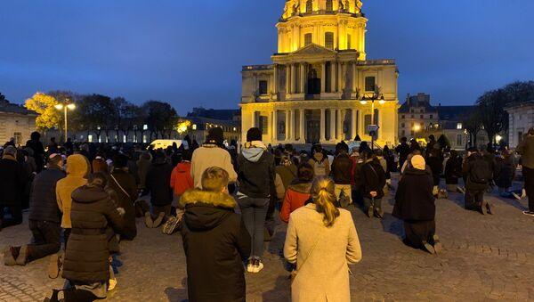 Nouveau rassemblement des catholiques place Vauban pour dénoncer les mesures sanitaires bridant le culte, 29 novembre 2020 - Sputnik France