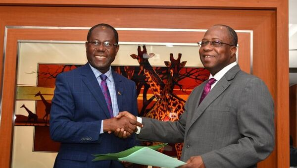 L'Ivoirien Yves Brahima Koné, directeur général du Conseil du café-cacao, et son homologue ghanéen du Cocoa Board, Joseph Boahen Aidoo  - Sputnik France