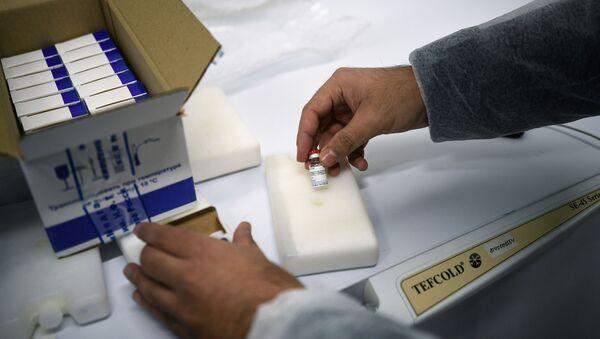 Un employé du Centre russe Gamaleïa prépare un lot de vaccins Spoutnik V à l'envoi à l'étranger - Sputnik France