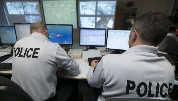 Des policiers contrôlent la vidéo au siège de la police de Strasbourg - Sputnik France