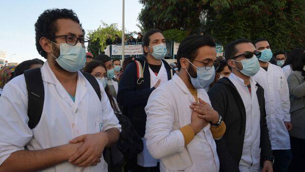 Manifestation des médecins et étudiants en médecine tunisiens après le décès accidentel d'un soignant à l'hôpital, le 4 décembre 2020. - Sputnik France