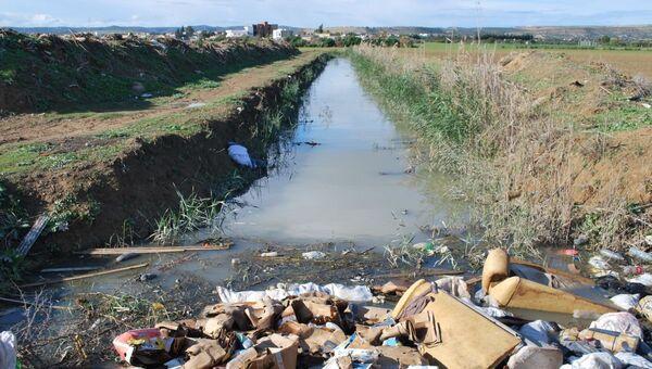 «Le fossé» rempli d'eau polluée, traversant des terres agricoles. - Sputnik France