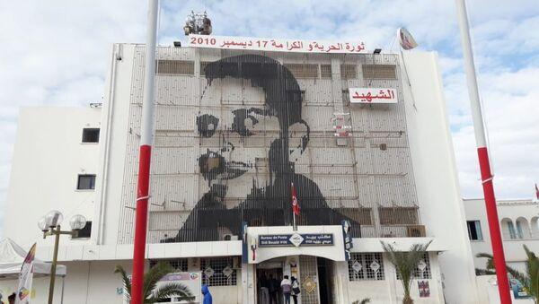 Portrait de Mohamed Bouaziz sur la façade de la poste, en centre-ville de Sidi Bouzid. - Sputnik France