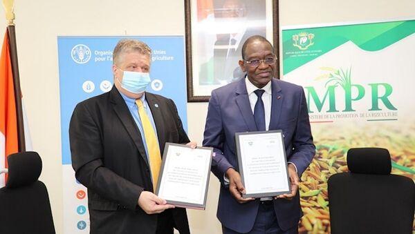 Le ministre ivoirien de la Promotion de la riziculture Gaoussou Touré et la FAO ont procédé à la signature d'une convention pour le développement des chaînes de valeur du riz. - Sputnik France