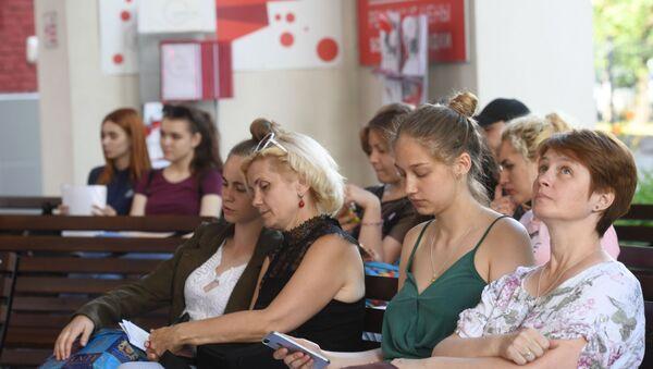 Des candidats à l'admission avec leurs parents à l'Université pédagogique de la ville de Moscou - Sputnik France