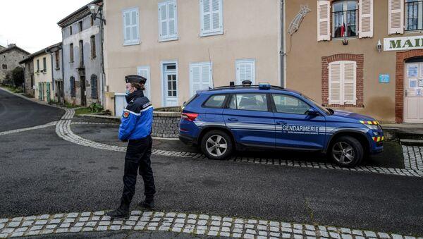 Une femme gendarme devant la mairie de Saint-Just - Sputnik France