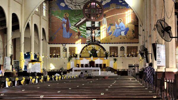 L'église catholique Saint-Augustin-d'Amoutievé vide ce samedi 26 décembre 2020 du fait de la décision du gouvernement de ne célébrer que le dimanche à cause de Covid-19.  - Sputnik France