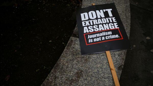 Une pancarte appelant à interdire l'extradition de Julian Assange vers les Etats-Unis (archive photo) - Sputnik France