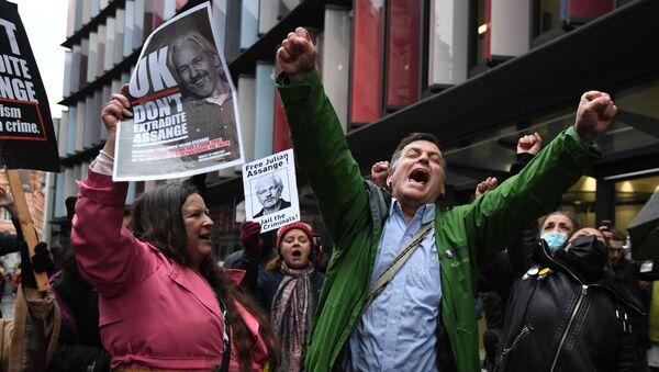Les partisans de Julian Assange devant un tribunal à Londres - Sputnik France