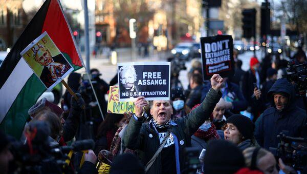Des manifestants réclamant la libération de Julian Assange devant le tribunal d'instance de Westminster, le 6 janvier - Sputnik France
