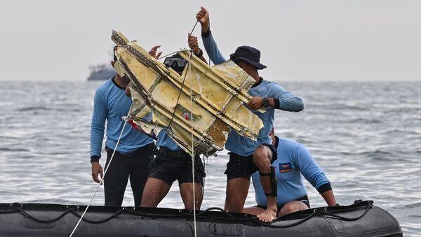Des plongeurs indonésiens étudient ce qui peuvent être des débris du vol SJ182 de Sriwijaya Air, le 10 janvier 2021 - Sputnik France