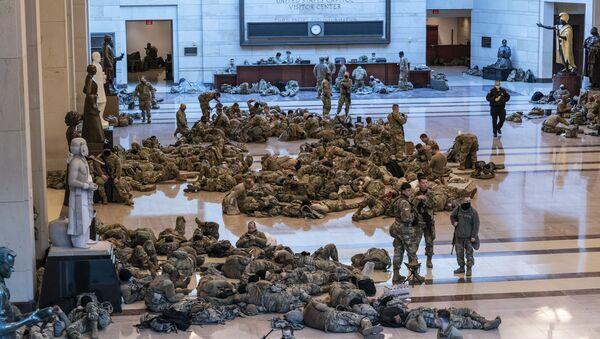 Des gardes nationaux US dans le Capitole à Washington - Sputnik France