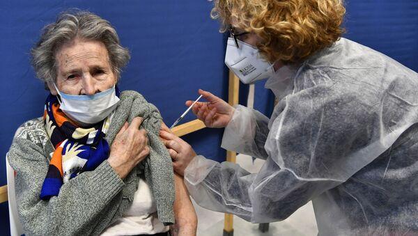 Une Française vaccinée contre le Covid-19 - Sputnik France