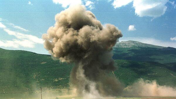 De la fumée d'élève après un bombardement de l'Otan lors de la guerre du Kosovo en 1999 - Sputnik France