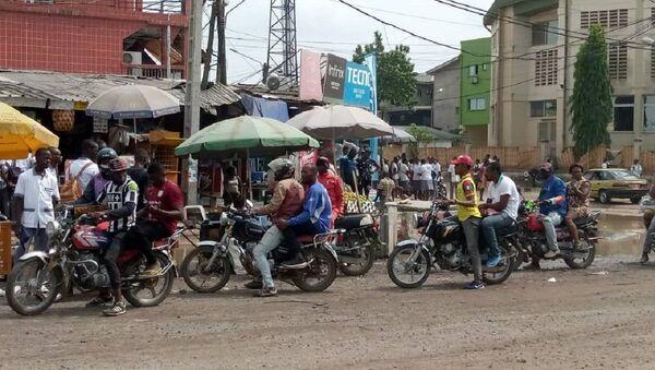 Des chauffeurs de mototaxi et des passagers non masqués dans un carrefour de Douala. - Sputnik France