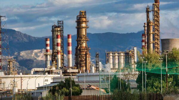 Une raffinerie de pétrole (image d'illustration) - Sputnik France