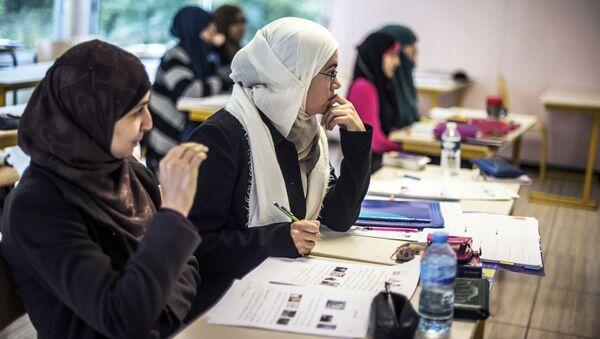 Les élèves suivent un cours d'arabe dans une classe de l'Institut européen des sciences humaines (IESH)  - Sputnik France