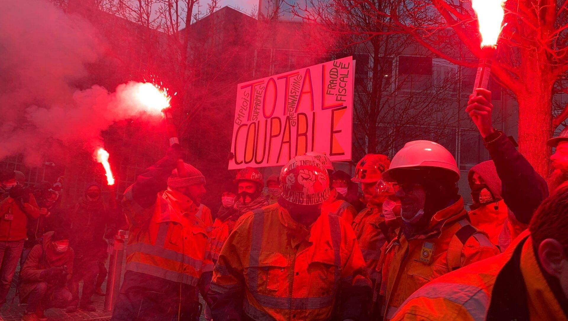Une action de contestation des salariés de la raffinerie de Grandpuits au pied du siège de Total, 9 février 2021  - Sputnik France, 1920, 09.02.2021