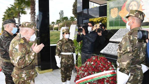 Le général Saïd Chanegriha, chef d'état-major de l'ANP, priant devant la stèle de Zighoud Youcef, l'un des grands architectes de la révolution algérienne contre le colonilaisme français  - Sputnik France