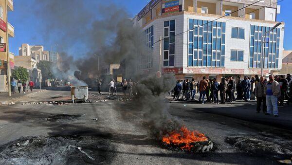 Des jeunes tunisiens brûlent des pneus pour protester contre le gouvernement qui n'a pas tenu ses promesses d'emploi - Sputnik France