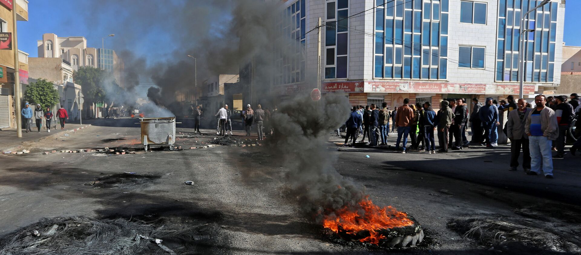 Des jeunes tunisiens brûlent des pneus pour protester contre le gouvernement qui n'a pas tenu ses promesses d'emploi - Sputnik France, 1920, 12.02.2021