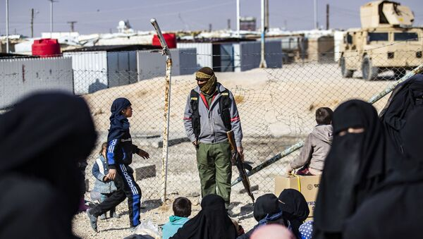 Un membre de la sécurité intérieure kurde monte la garde au camp d'al-Hol en Syrie - Sputnik France