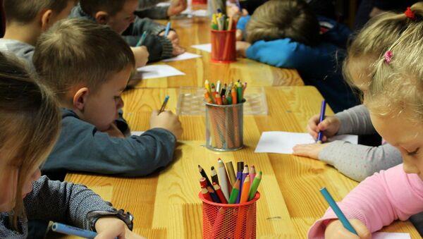 Des enfants dessinent  - Sputnik France