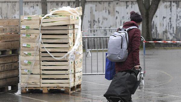 Un étudiant récupère de la nourriture lors d'une distribution alimentaire organisée par le Secours populaire, le 12 décembre 2020 - Sputnik France