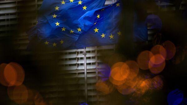 Drapeaux européens sur fond du QG de l'UE à Bruxelles - Sputnik France