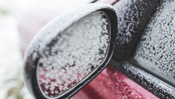 Une voiture couverte de neige - Sputnik France