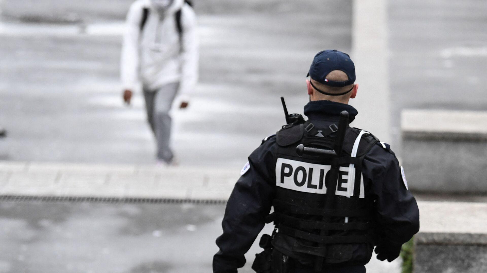 Un policier patrouille à Sarcelles dans le Val d'Oise, février 2021 - Sputnik France, 1920, 13.10.2021